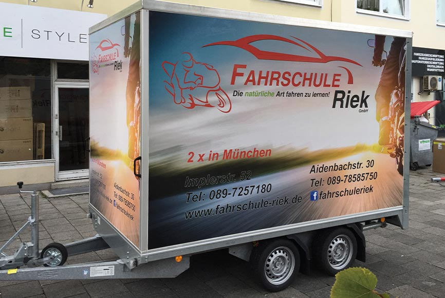 Anhänger Beschriftung in München für Fahrschulen