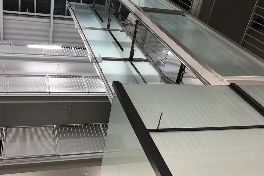 Aufzug mit Milchglasfolie foliert