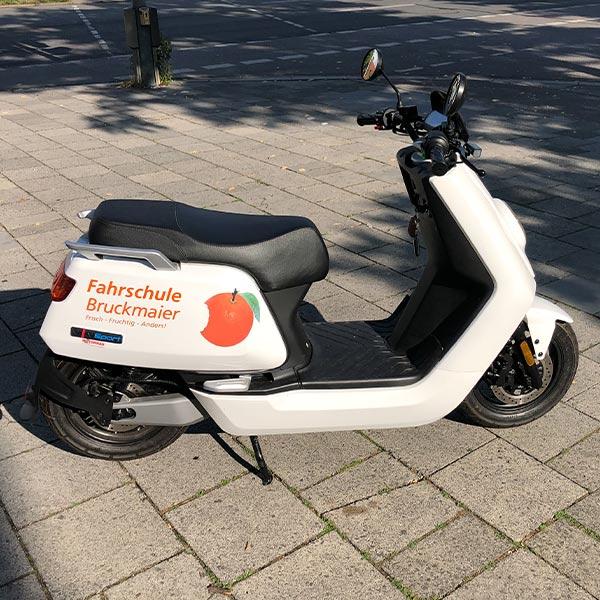 Auch Roller kann man mit einer Fahrzeugbeschriftung versehen