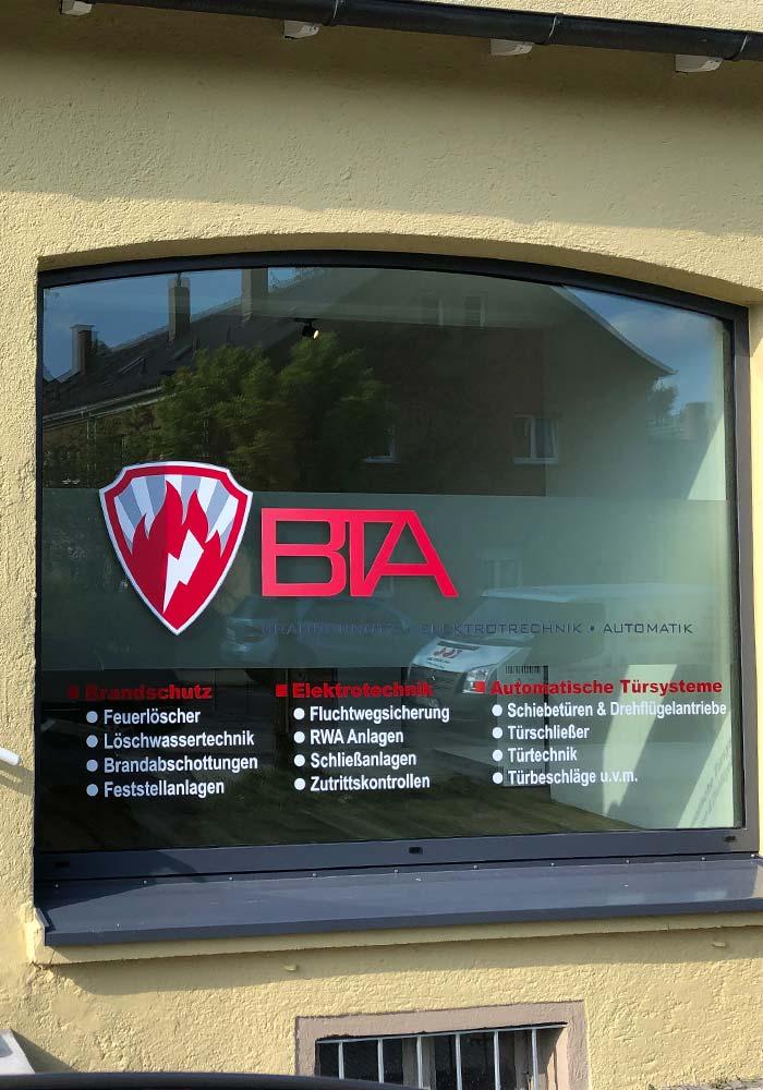 Beschriftung von Schaufenster mit Folienbuchstaben und Digitaldruck